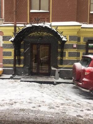 Проходим шлагбаум и заходим в первую дверь. Дверь расположена с правой стороны. Поднимаемся на 2 этаж и идем прямо. Наше помещение расположено с левой стороны. | Сервис-Бит